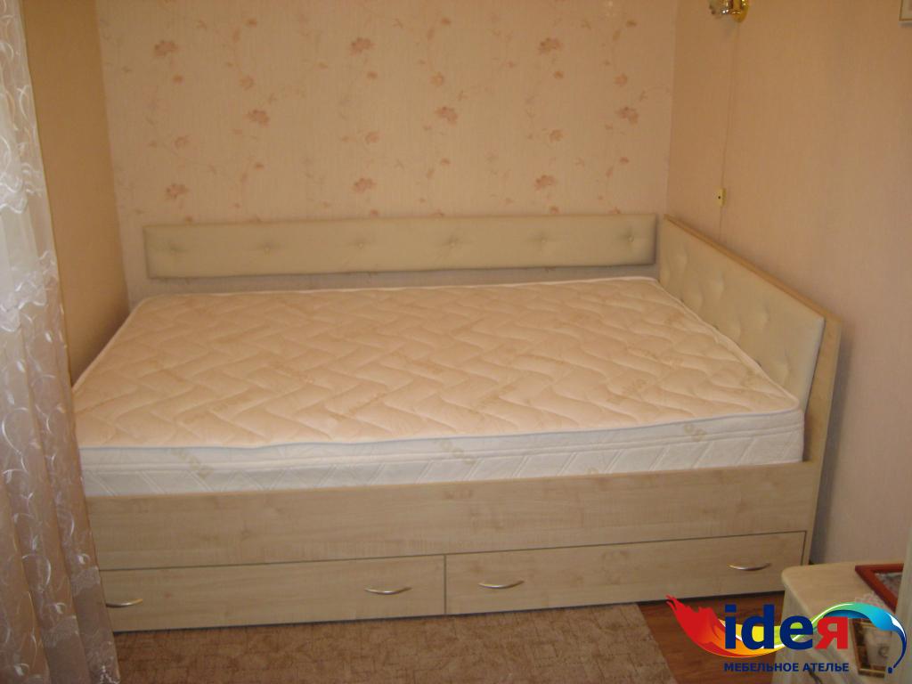 двуспальная кровать с выдвижными ящиками мебельное ателье идея